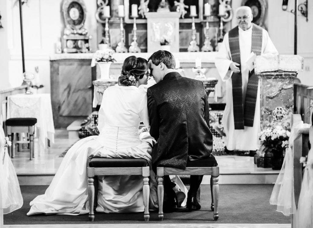 Hochzeitsfotograf Kempten Momente Brautpaar Kirche Kopf an Kopf